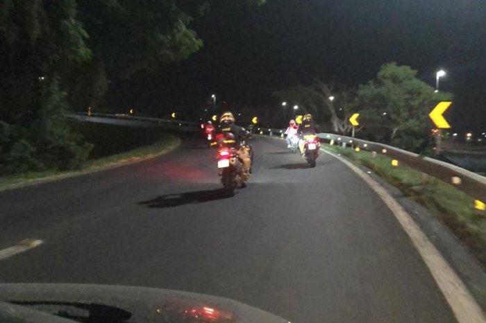 Agentes perseguiram motociclistas em fuga pela freeway