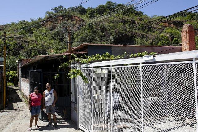PORTO ALEGRE, RS, BRASIL, 19-02-2021: Casal Joselita Santos e Miguel Rodrigues em frente a moradia deles, vizinha a uma regiao de encosta na rua Encantadora, no bairro Agronomia. Local e considerado area de risco para habitacao. Conforme prefeitura, a capital tem 44 mil pessoas vivendo em pelo menos 118 areas de risco na cidade. (Foto: Mateus Bruxel / Agencia RBS)Indexador: Mateus Bruxel<!-- NICAID(14718486) -->