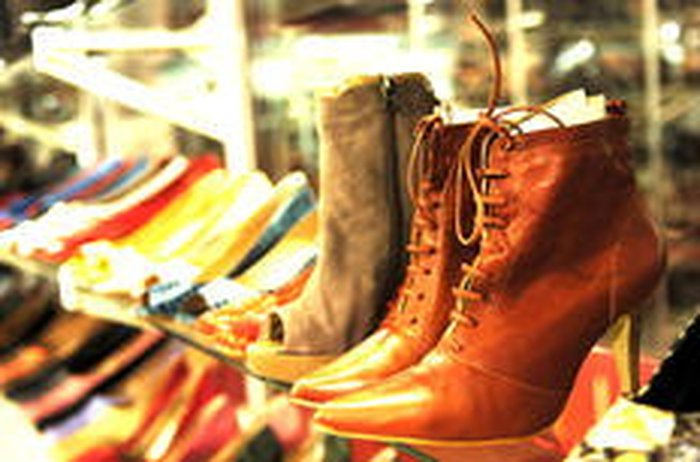 0b58ffe2e Se a busca é por lançamentos de inverno, a feira reúne modelos que sequer  chegaram às lojasMiro de Souza / Agencia RBS. Sapatos ...