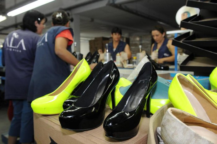 be665f2cd Diego Redel / Agencia RBS. A produção nas fábricas de calçados ...
