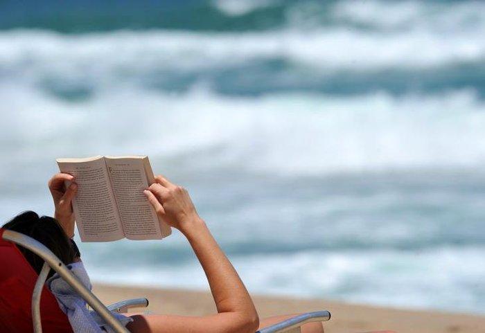 Ler um livro na beira da praia é uma forma de proporcionar bem-estar à  menteCharles Guerra   Agencia RBS bf3e74c8410
