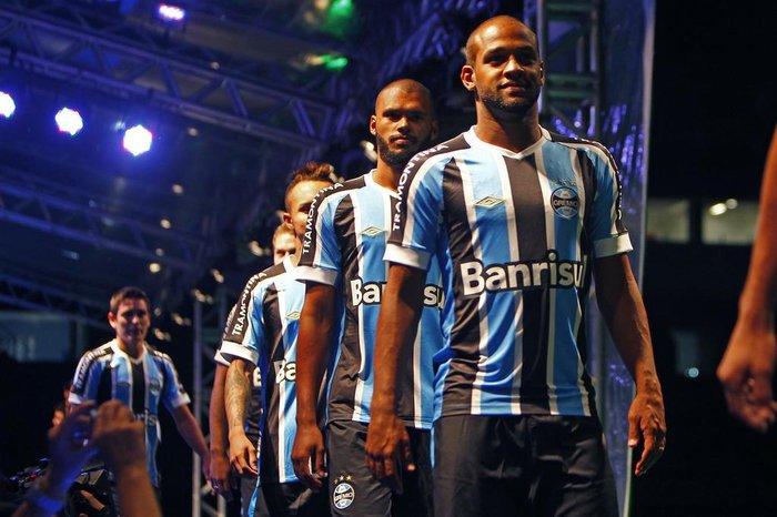 c0e5c50d95 Fernanda Pandolfi  camisas do Grêmio mostram estética clássica ...