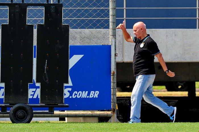 Campeão pelo Grêmio, Espinosa projeta volta ao futebol: