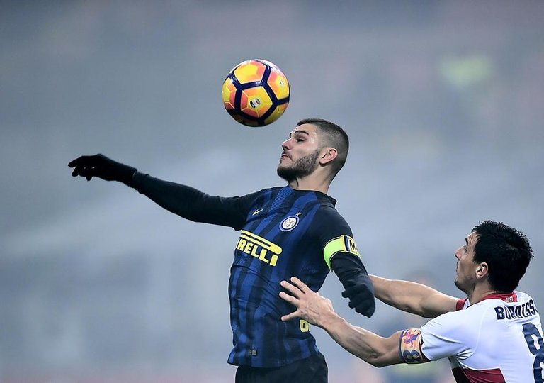 037f5a9c4d Inter Milan s forward from Argentina Mauro Icardi (L) vies with Genoa s  defender from Argentina