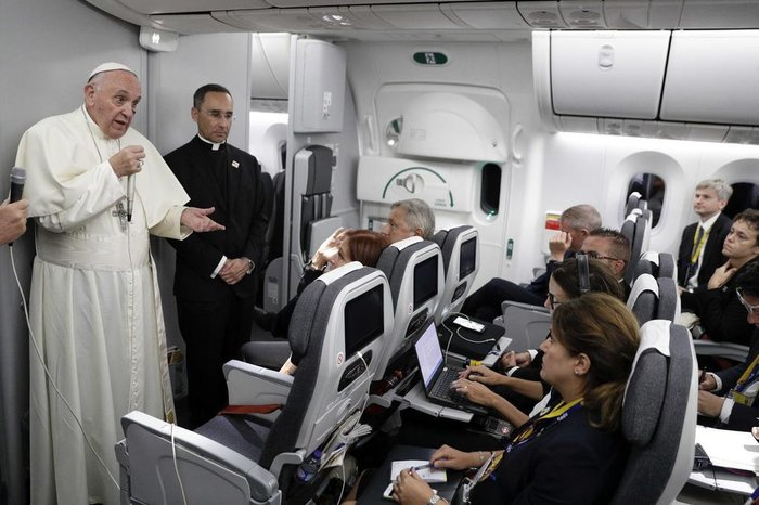 Pope Francis talks to journalists during a press conference held on board the flight to Rome, at the end of a five-day visit to Colombia, on September 11, 2017. / AFP PHOTO / POOL / Andrew Medichini
