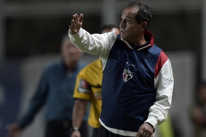 Brazils Sao Paulo coach Muricy Ramalho gestures during the Copa Libertadores 2015 group 2 football match against Argentinas San Lorenzo at Pedro Bidegain stadium in Buenos Aires, Argentina, on April 1, 2015. San Lorenzo won 1-0. AFP PHOTO / JUAN MABROMATA