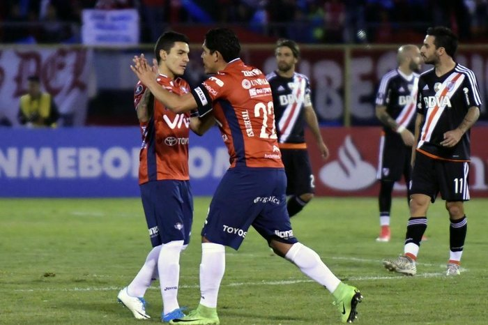 Edwar Zenteno (C), of Bolivias Wilstermann, celebrates after scoring against River Plate of Argentina, during their Copa Libertadores football match at Felix Capriles Stadium, in Cochabamba, Bolivia on September 14, 2017. / AFP PHOTO / AIZAR RALDES