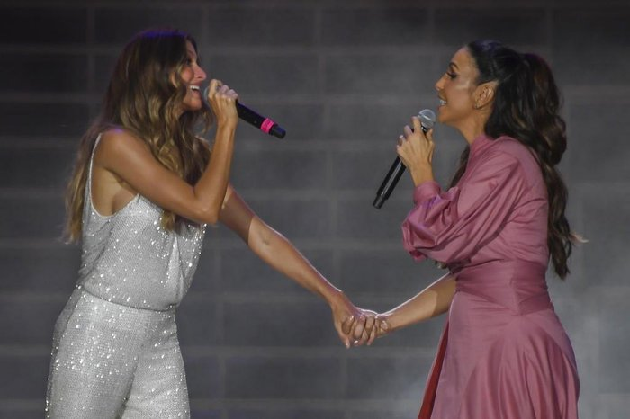 Brazilian super model Gisele Bundchen (L) and Brazilian singer Ivete Sangalo sing John Lennons Imagine at the World Stage on the first day of Rock in Rio, in Rio de Janeiro, Brazil, on September 15, 2017.  Running for seven days in all -- Friday through Sunday and then September 21 to 24 -- Rock in Rio is being welcomed by the city as a chance to put the huge facilities built for the 2016 Olympic Games back in use. They have hosted only sporadic events since the Olympics ended in August of that year. While Brazil is only starting to emerge from a painful recession, the 700,000 tickets to the event sold out months ago and city hotels are hoping to be nearly full, reversing a prolonged post-Olympic slump. / AFP PHOTO / Apu Gomes