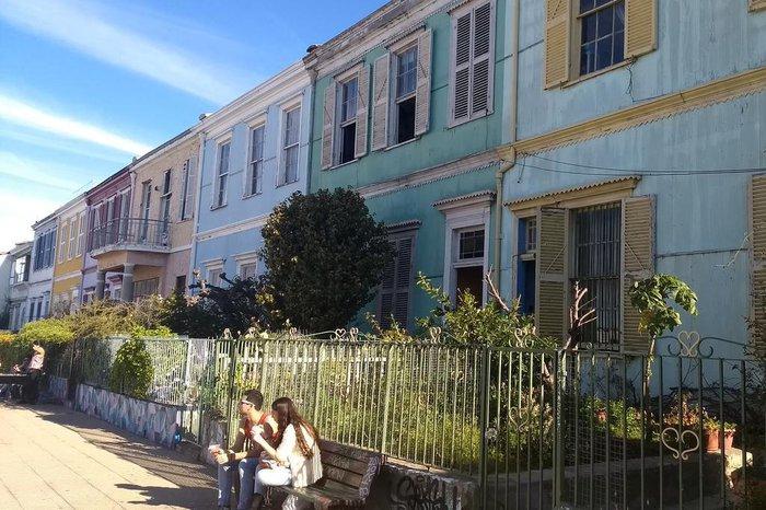 Casas no Paseo Atkinson, no Cerro Concepción, em Valparaíso. Região de influência colonial inglesa, frequentada por jovens, turistas e moradores, de onde se tem um mirador para a região portuária de Valparaíso, no Chile.