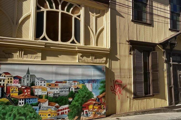 Casas coloridas e painéis pintados por jovens moradores nas ruas estreitas do Cerro Concepción, em Valparaíso, no Chile.