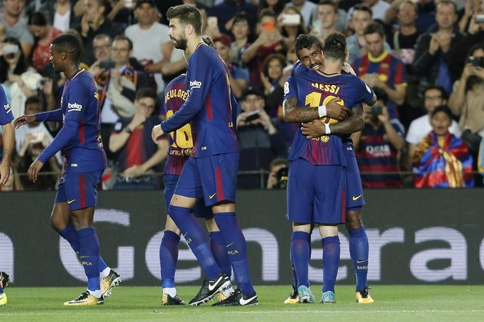 Barcelonas midfielder from Brazil Paulinho (R) celebrates with Barcelonas forward from Argentina Lionel Messi after scoring during the Spanish league football match FC Barcelona against SD Eibar at the Camp Nou stadium in Barcelona on September 19, 2017. / AFP PHOTO / PAU BARRENA