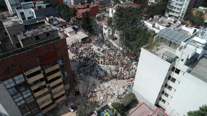 Aerial view showing as rescuers, firefighters, policemen, soldiers and volunteers searching for survivors in a flattened building in Mexico City on September 20, 2017 a day after a strong quake hit central Mexico. A powerful 7.1 earthquake shook Mexico City on Tuesday, causing panic among the megalopolis 20 million inhabitants on the 32nd anniversary of a devastating 1985 quake. / AFP PHOTO / Mario VAZQUEZ