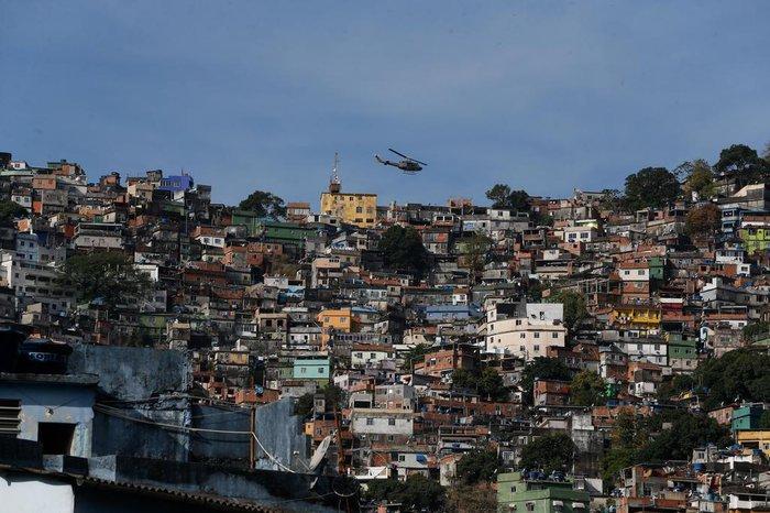 Rio de Janeiro - Policiais militares fazem operação na favela da Rocinha após guerra entre quadrilhas rivais de traficantes pelo controle da área.