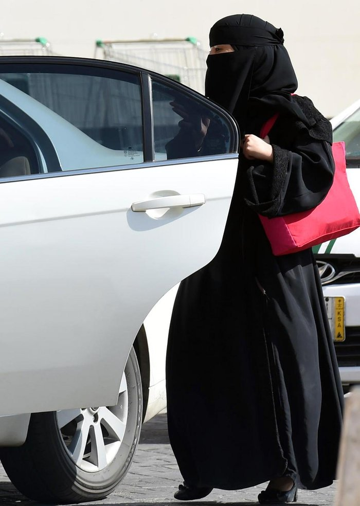 A Saudi woman gets into a taxi at a mall in Riyadh as a grassroots campaign planned to call for an end to the driving ban for women in Saudi Arabia on October 26, 2014. Amnesty International is calling on the Saudi Arabian authorities to respect the right of women to defy the ban by driving this weekend and to end the harassment of supporters of the campaign.    AFP PHOTO/FAYEZ NURELDINE / AFP PHOTO / FAYEZ NURELDINE