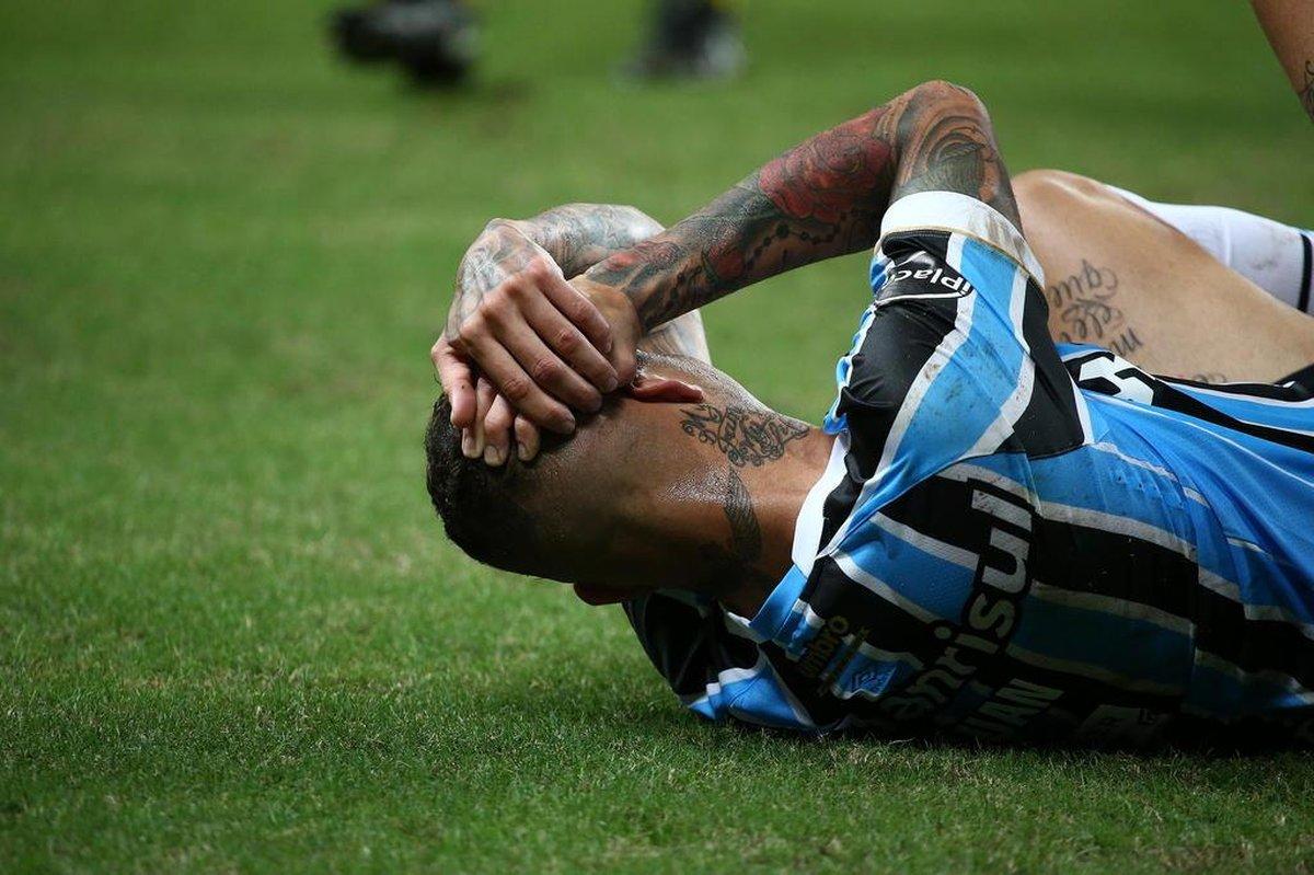 Com dores, Luan está fora do jogo do Grêmio contra o Ceará, mas Everton volta