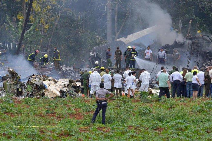 Resultado de imagem para O Boeing 737 da companhia aérea Cubana de Aviacion caiu minutos após a decolagem do Aeroporto Internacional José Marti, em Havana.