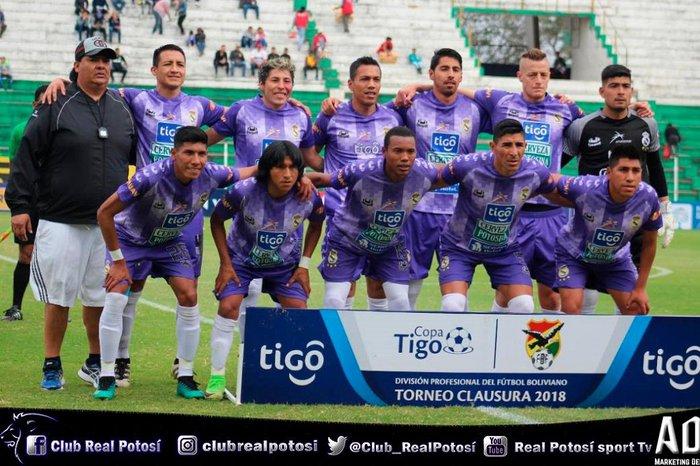 Jogadores do Real Potosí vendem chuteiras para