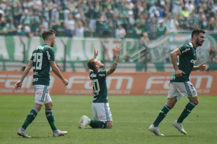 060bb95ee8 Palmeiras vence o Cruzeiro e assume a ponta da tabela