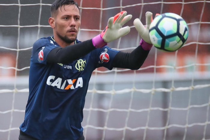 Fla adia decisão de punição por indisciplina e libera Diego Alves ... d0aa523cf515e
