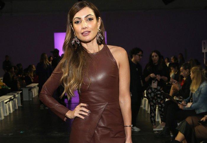 4bfc021369 Patrícia Poeta arrasa com vestido de couro com fenda em Nova York ...