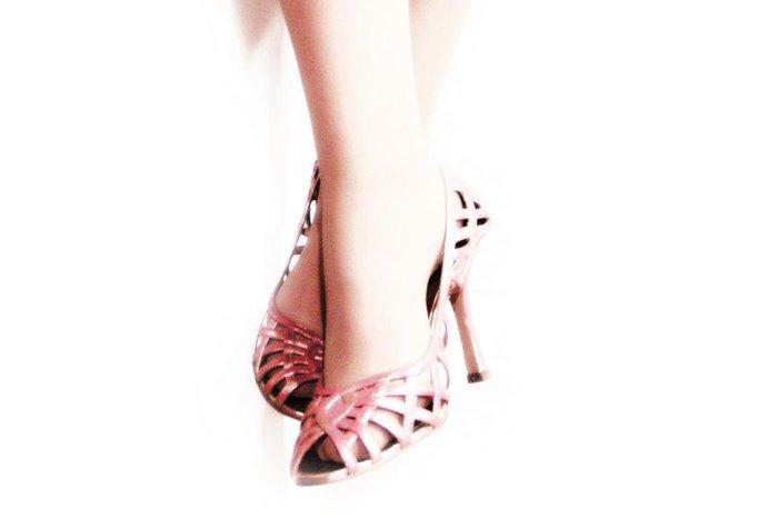 49f4c8e8b A beleza às vezes dói - quem nunca disse isso enquanto experimentava um  sapato de salto maravilhoso? Pois isso pode ser perigoso para sua saúde.