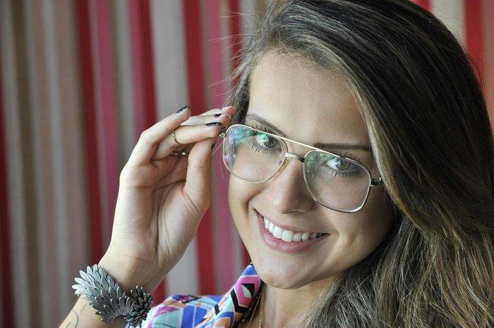 ae2001cd3 A paixão de Maithê Pozes, 20 anos, pelos óculos começou antes mesmo de  precisar usá-los por causa do astigmatismo, diagnosticado há dois anos.