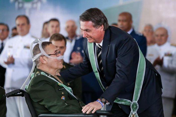 Resultado de imagem para Bolsonaro com militares villas boas