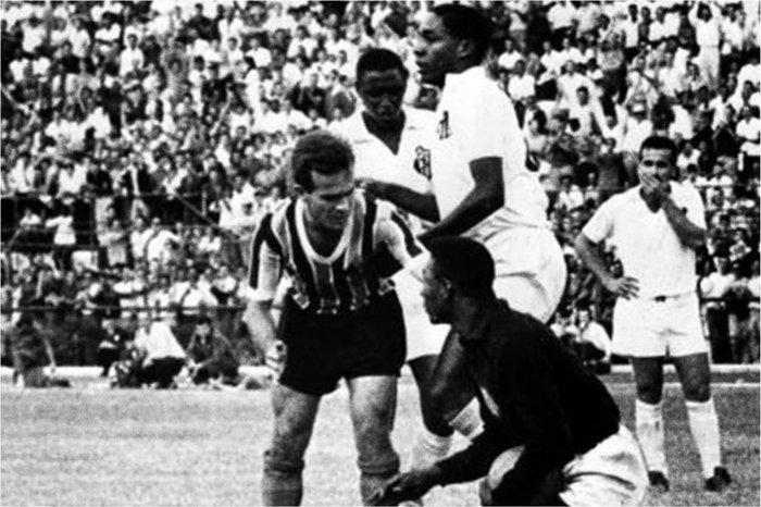 Camisa de goleiro usada por Pelé em jogo contra o Grêmio está ... 7da5dd1f7ba57