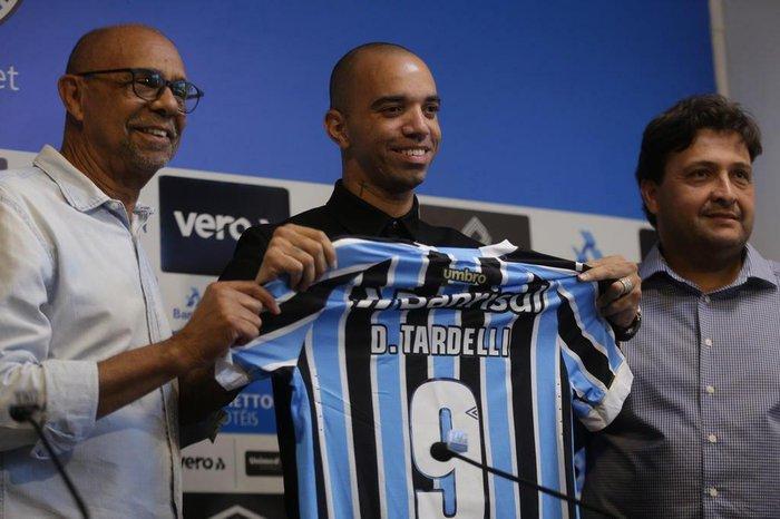 Diego Tardelli é apresentado no Grêmio