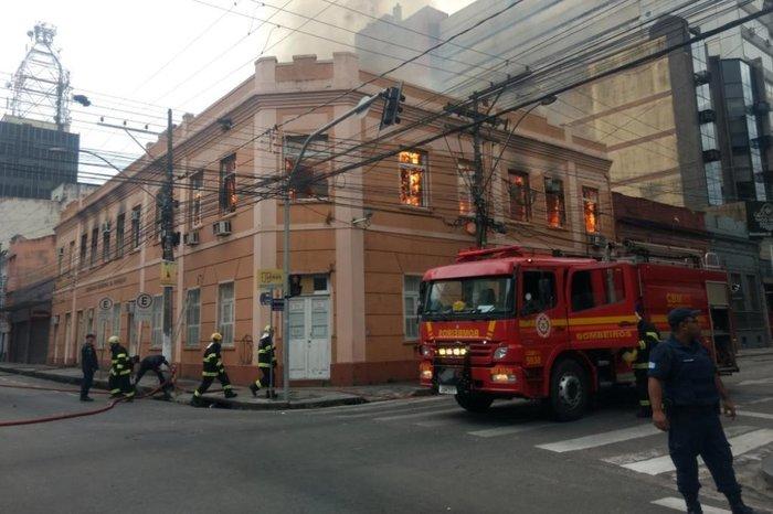 b5164adf28f9 Incêndio atinge antigo prédio da Secretaria da Educação de Pelotas ...