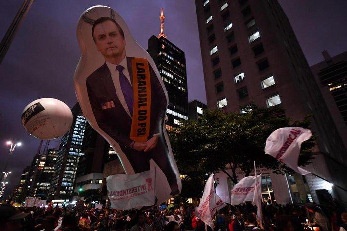 """Em São Paulo, manifestantes levaram um boneco inflável de Bolsonaro com a faixa """"Laranjal do PSL"""""""