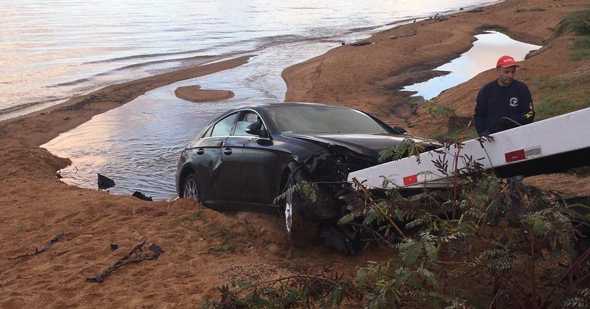 Mercedes-Benz quebra mureta e invade praia de Ipanema, em Porto Alegre