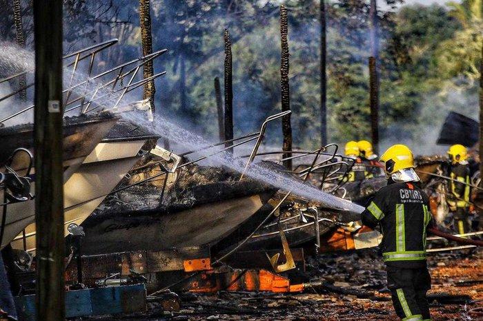 Incêndio Atinge 24 Lanchas Na Ilha Das Flores Em Porto