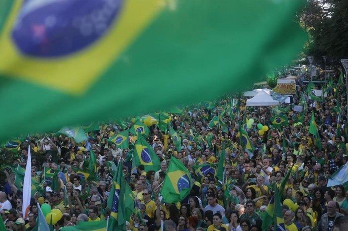 Resultado de imagem para bandeira do brasil bolsonaro no desfile de 7 de setembro
