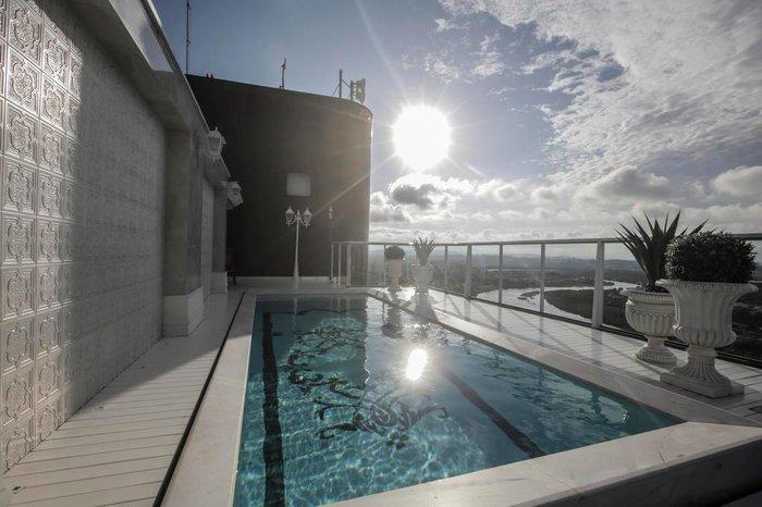 Com vista para o Mampituba, piscina segue linguagem clássica do interior do imóvel