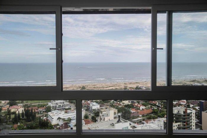 Da sala, uma vista privilegiada da praia e da Ilha dos Lobos