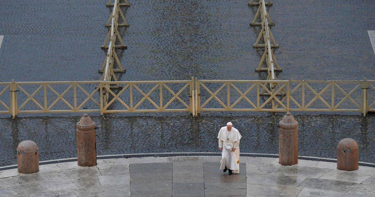 Em evento inédito, papa Francisco reza sozinho em frente à Praça ...