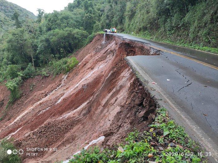 Em Nova Roma do Sul, uma queda de barreira interrompeu o fluxo de veículos rumo a Antônio Prado