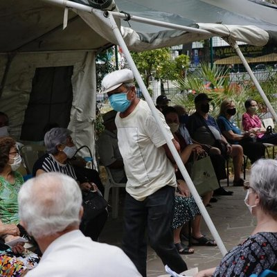 Com poucas filas, idosos de 81 anos começam a ser vacinados em Porto Alegre