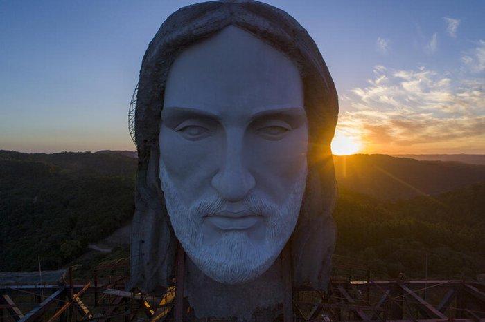 O rosto e toda a imagem do Cristo de Encantado são autoria do escultor Markus Moura