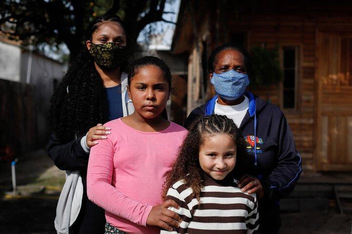 Liderança do quilombo de Macanudos, em Rio Grande, Charlene da Costa Bandeira e a mãe, Vera, estão vacinadas com a primeira dose