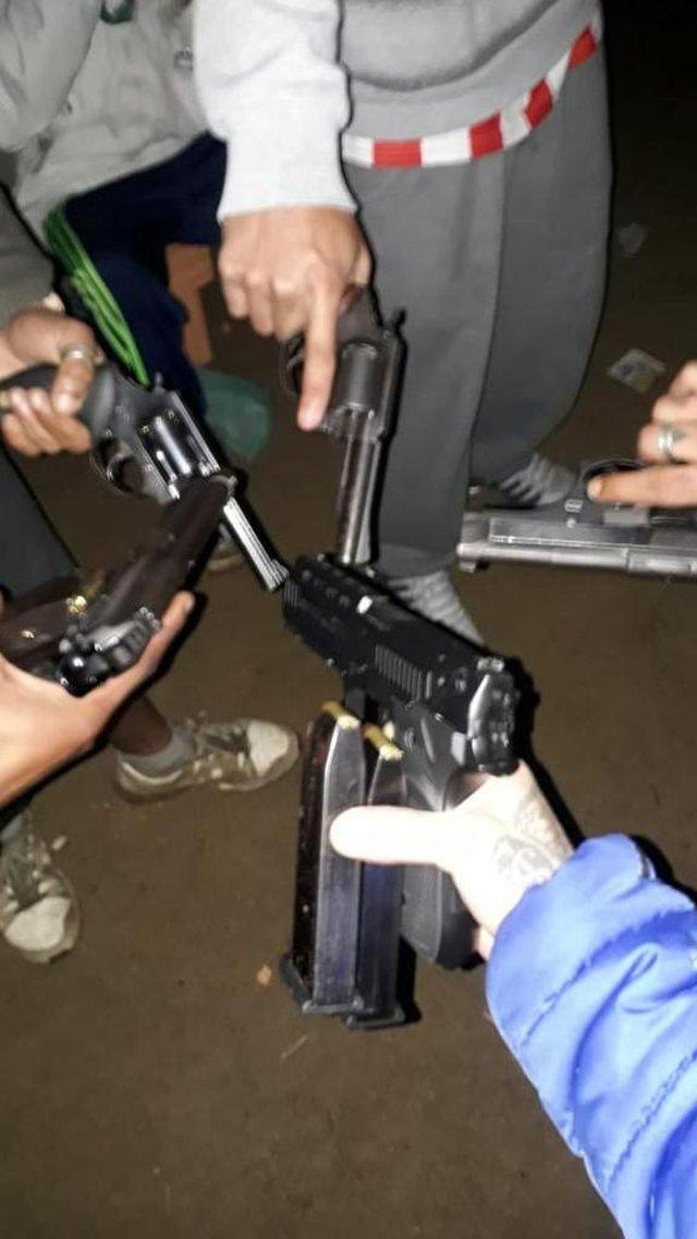 Traficantes de Viamão mostram armas <!-- NICAID(14805394) -->