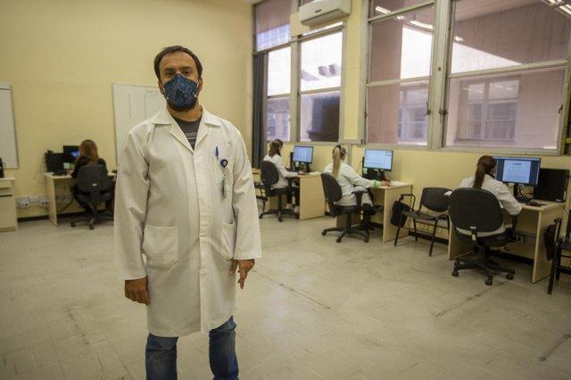PORTO ALEGRE, RS, BRASIL - Teleatendimento cresce na pandemia e vira solução para atendimentos que deixaram de ser realizados, além do acompanhamento de pacientes em recuperação da Covid-19. Dr. Marcelo Rodrigues Gonçalves, Professor do Serviço de Atenção Básica do HCPA.Indexador: Jeff Botega<!-- NICAID(14841531) -->