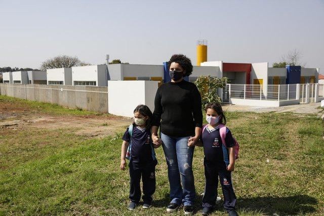 Retratos do desperdicio: situacao de 20 obras que o DG acompanha desde 2019.GRAVATAI, RS, BRASIL, 19-08-2021: Andresa Oliveira, 37 anos, e as filhas Maite (E), 4, e Alice, 6, em frente a Escola de Educacao Infantil Favo de Mel. (Foto: Mateus Bruxel / Agencia RBS)Indexador: Mateus Bruxel<!-- NICAID(14867417) -->