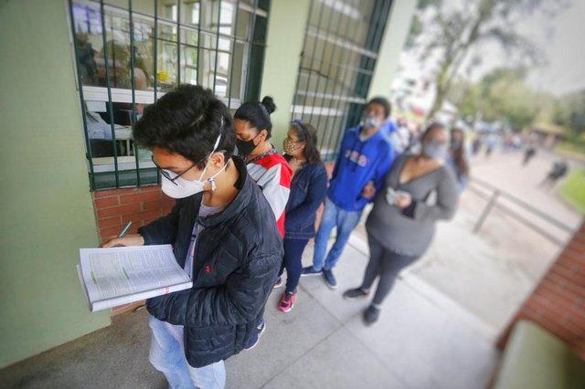 ***EM BAIXA***PORTO ALEGRE, RS, BRASIL,  14/09/2021- Porto Alegre começa a vacinar adolescentes com 17 anos. Na foto, Unidade de Saúde Camaquã. Na foto, Ismael da Silva Dutra, 17 anos, faltou a aula de História no Colégio Protásio Alves.  Foto: Lauro Alves / Agencia RBS<!-- NICAID(14888927) -->