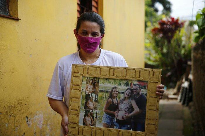 Rubia Masuhin, 35 anos, mostra foto da família durante gravidez do segundo filho