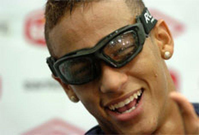 fd4fceebf55c9 Neymar treina com óculos do Exército de Israel